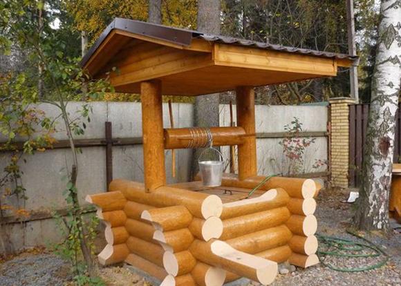 Колодец с деревянными стенками