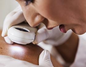 Сколько в среднем стоит консультация у врача дерматолога?