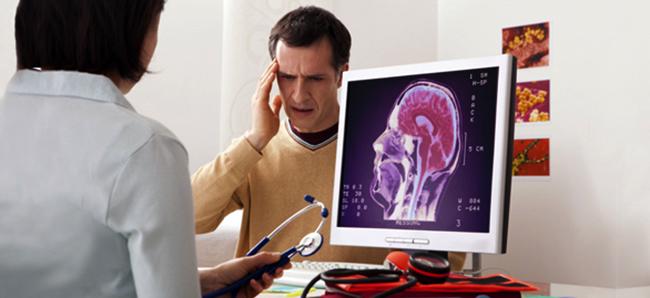 Невролог с мужчиной