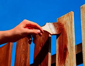 Сколько стоит покрасить деревянный забор