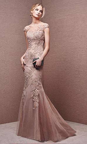 Девушка в красивом вечернем платье
