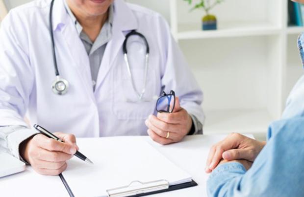 Онколог с пациентом