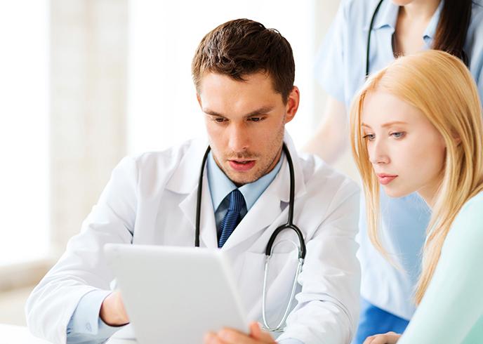 Маммолог проводит консультацию