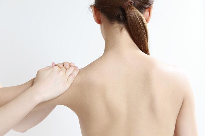 Ортопед осматривает девушку