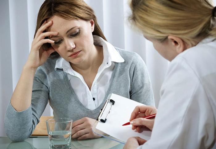 Психотерапевт с женщиной