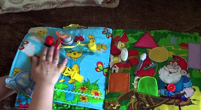 Развивающая книга у ребенка в руках