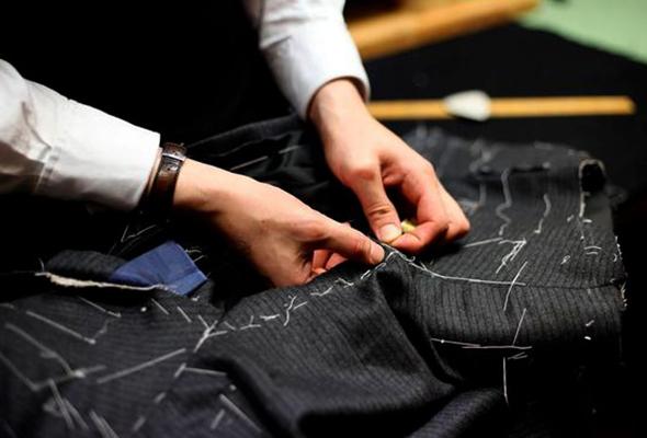 Мастер работает с платьем