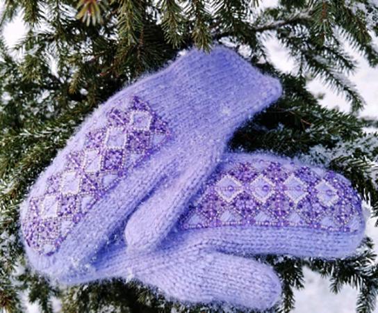 Варежки с вышивкой из пуха норки — 9 500 рублей.