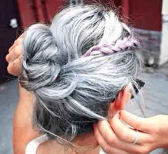 Пепельные волосы у девушки