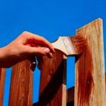 Сколько стоит покрасить деревянный забор и от чего зависит цена?