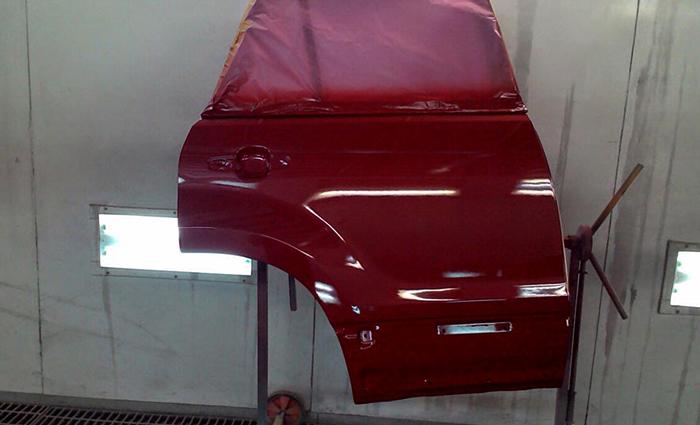 Красная дверь автомобиля