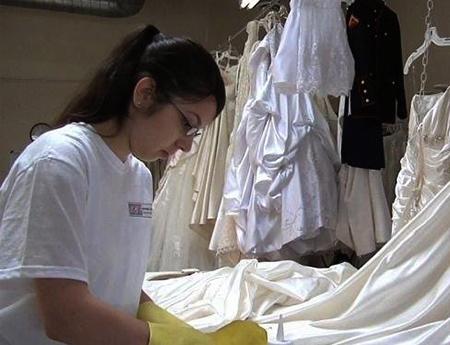 Специалист чистит платье