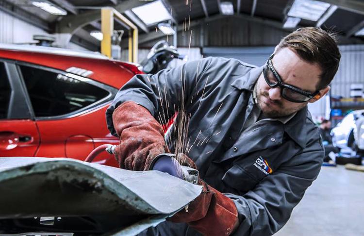 Мастер делает кузовной ремонт