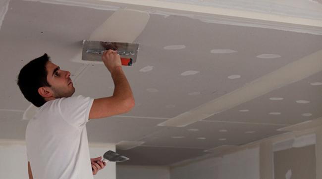 Процесс ремонта потолка