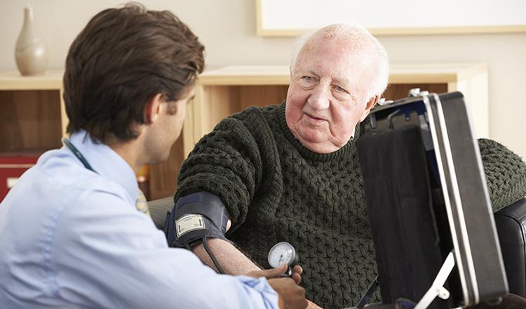 Доктор с пациентом дома