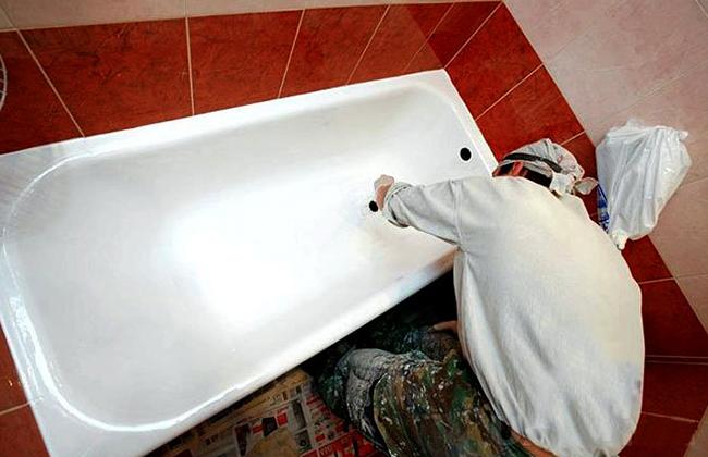 Мастер устанавливает ванну