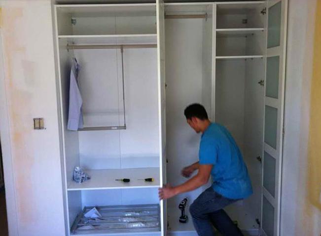 Специалист собирает шкаф