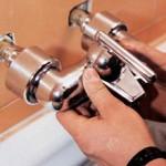 Сколько стоит замена смесителя в ванной комнате и от чего зависит цена