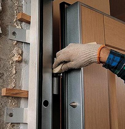 Во время установки металлической двери