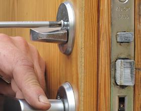 Сколько стоит заменить замок в металлической двери