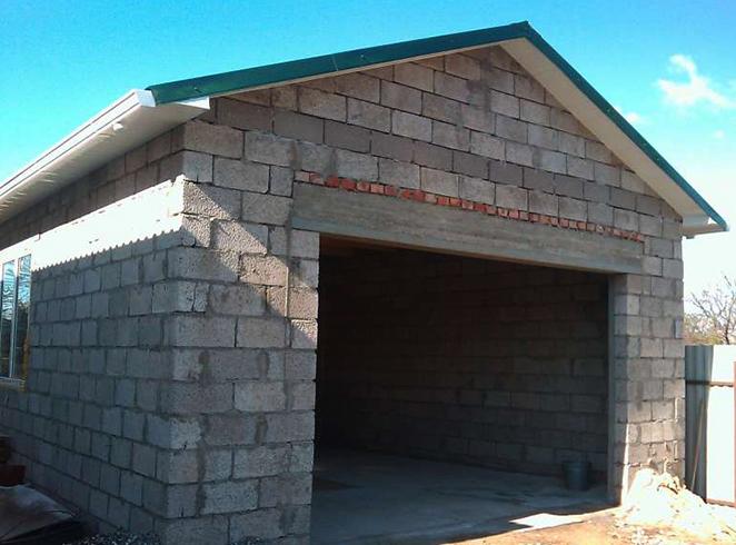 Построенный из шлакоблока гараж