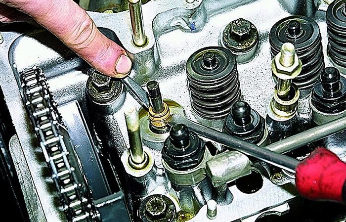 Процесс замены маслосъемных колпачков