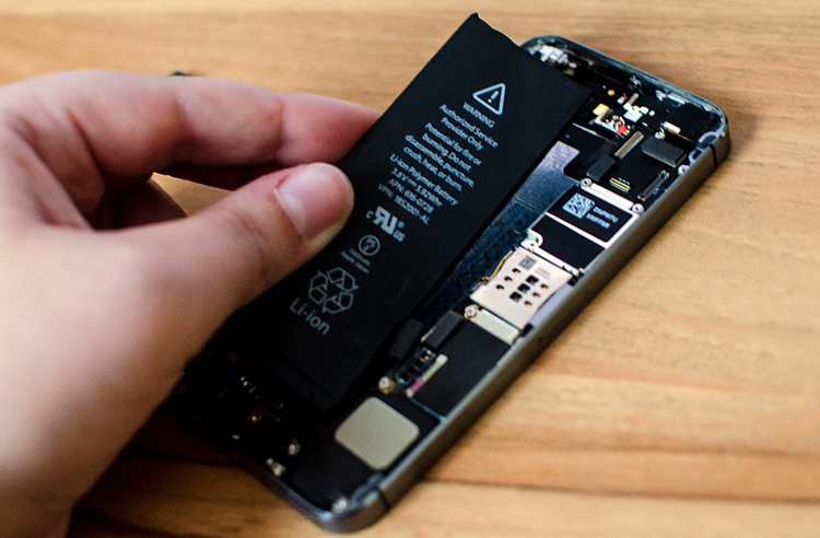 В процессе замены аккумулятора