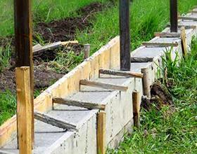 Сколько в среднем стоит сделать фундамент под забор?