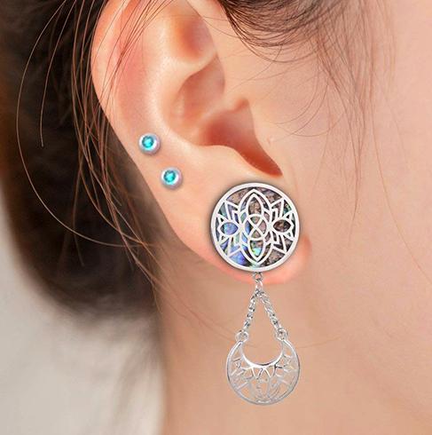 Красивые серьги в ушах