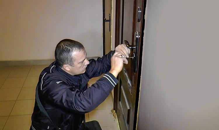 Специалист вскрывает дверь