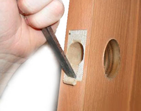 Сколько в среднем о России стоит врезать замок в деревянную дверь?