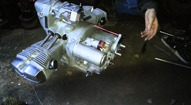 Механик и двигатель на Урал