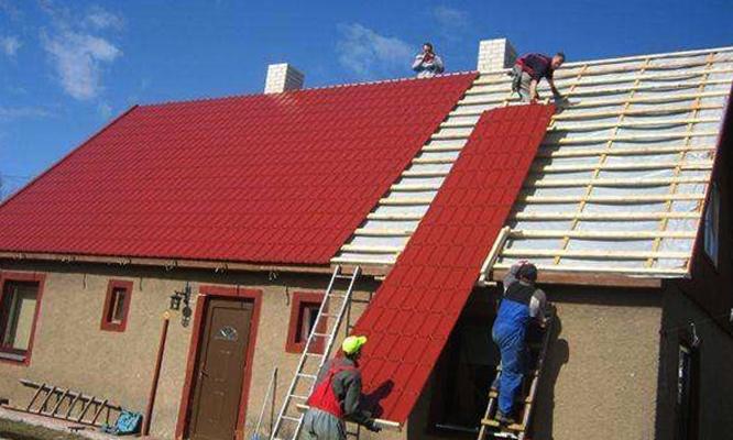 Специалисты работают с крышей