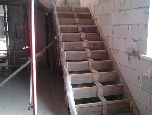 Перед заливкой лестницы