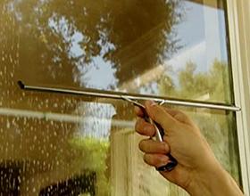 Сколько стоит помыть окна в квартире — средние расценки
