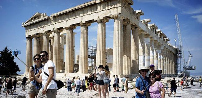 Туристы рядом с развалинами