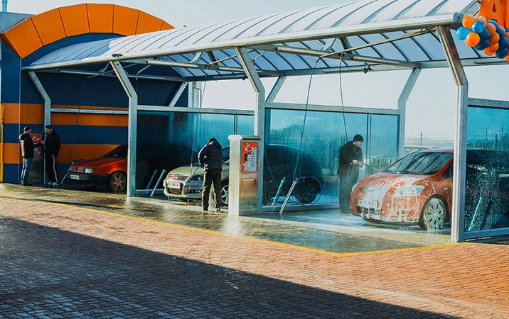 Автомобилисты моют свои машины