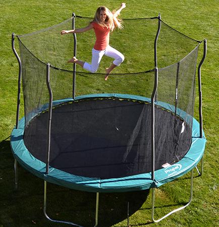 Женщина прыгает на большом батуте