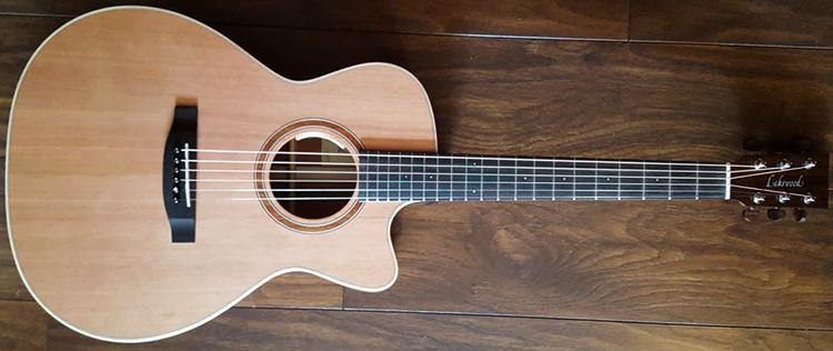 Акустическая гитара дома