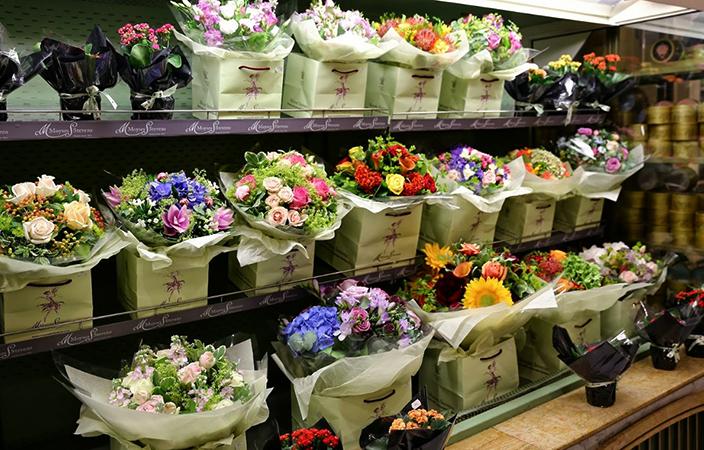 Красивые цветы в магазине