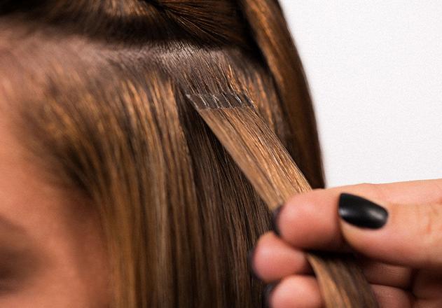 Мастер работает с волосами
