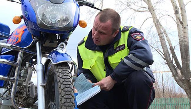 Мотоцикл и сотрудник ГИБДД