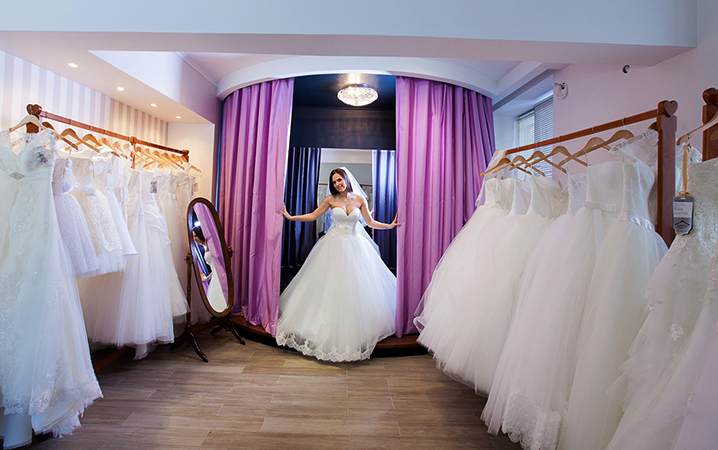 Невеста в свадебном салоне