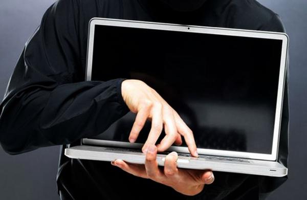 Ноутбук в руках