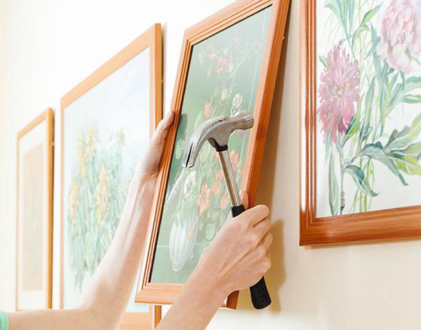 Вешание картины на стену