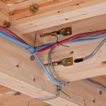 Сколько в среднем стоит провести проводку в деревянном доме