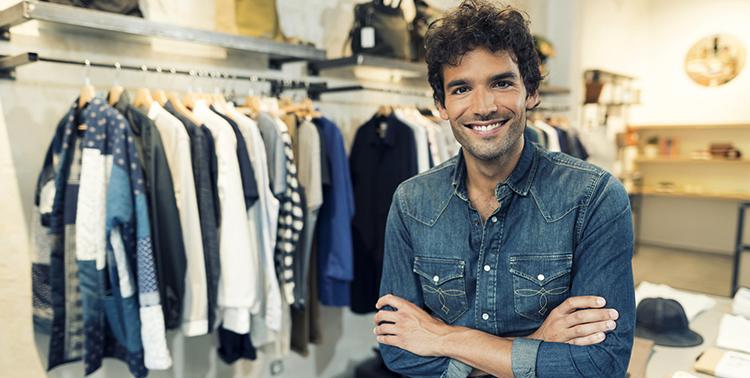 Предприниматель в магазине одежды