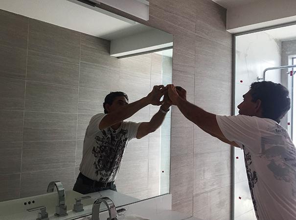 Процесс установки зеркала