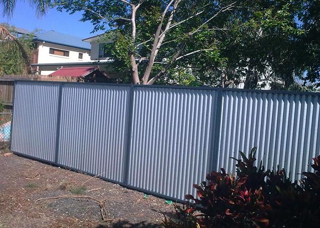 Установленный забор из пронастила