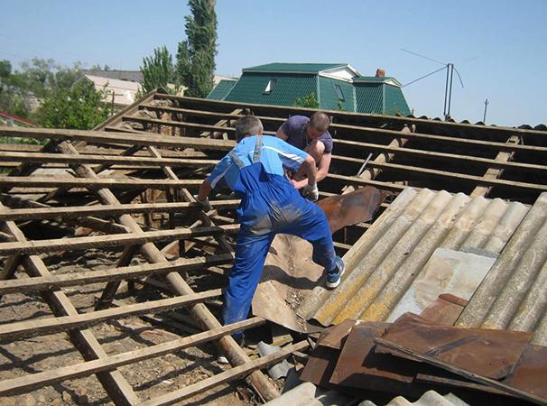 Специалисты демонтируют крышу из шифера